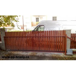 Posuvná brána výplň dřevo vertikálně