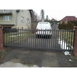 Posuvná brána s kovovou výplní