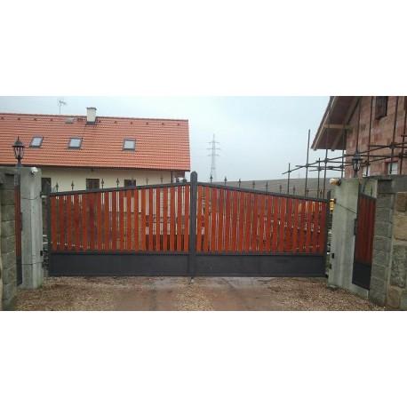 Křídlová brána výplň dřevo a kov